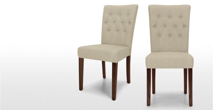 Set di 2 sedie sala da pranzo Flynn imbottite in elegante beige con bottoni.- MADE.COM | made.com