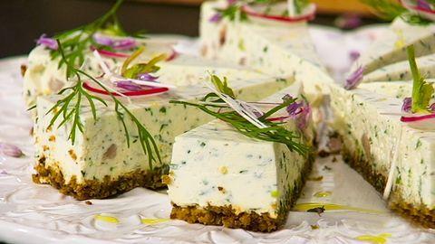 """Nordisk """"caesar"""" med färskpotatis, rädisor, räkor och ägg2 dl skalade räkor, msc1 romansallad, grovskuren4 ägg, kokta och delade10 rädisor, delade16 färskpotatis, förkokt½ gurka, skalad och t (…)"""