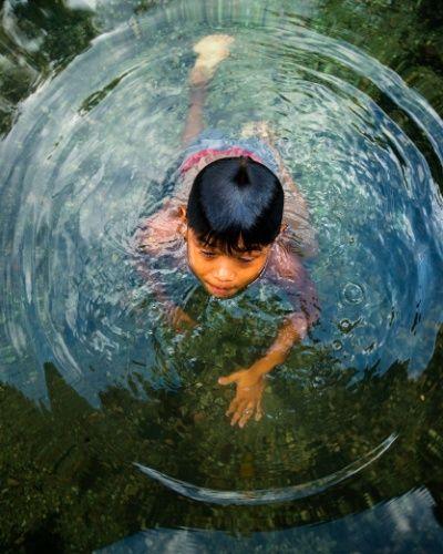 Criança Munduruku brinca no rio Tapajós, na região da Terra Indígena Sawré Muybu, do povo Munduruku, no estado do Pará, Brasil. Fotografia: Valdemir Cunha / Greenpeace. http://noticias.uol.com.br/meio-ambiente/album/2016/03/21/indios-munduruku-protestam-contra-hidreletricas-no-tapajos.htm#fotoNav=7