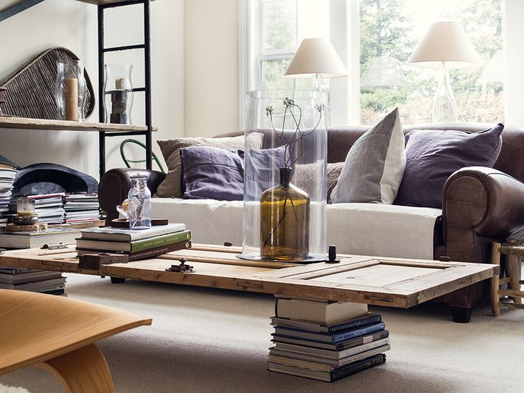 Une table basse avec une porte en bois et deux piles de livres