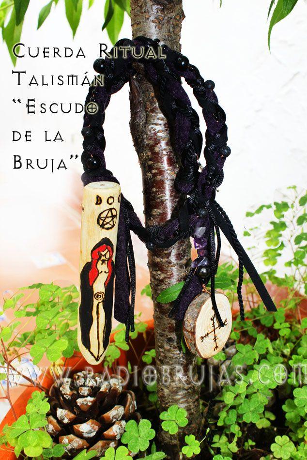 """Cuerda Ritual Protectora """"Talismán Escudo de la Bruja"""". Protección y transformación de energía negativa con un escudo por medio de sus cuarzos tejidos entre los cordones, madera y símbolos. Refleja, cualquier envidia. Protege tus secretos con símbolos especialmente pirograbados para ti. Esta cuerda se ha creado de tal manera que es una verdadera pieza para la defensa tanto en tu vida diaria como en tus trabajos mágicos (si practicas). Informes de costos y envíos brujas@radiobrujas.com"""
