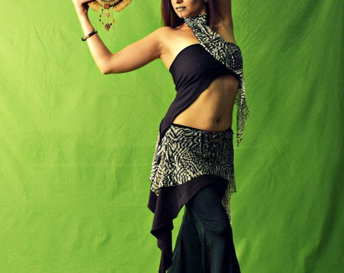 DANZA DEL VIENTRE TRAJE CON TOP ASIMÉTRICO Y FALDA - DEEP PERIWINKLE  Deep Periwinkle es un traje de danza del vientre, muy adecuado para la danza del vientre, danzas egipcias, grupos o clases de Ats. Incluye: -top asimétrico -falda asimétrica  La parte superior asimétrica tiene un hombro. La falda asimétrica tiene un elástico en la cintura. ********************************************************************************** TAMAÑOS Y MATERIALES:  Esto es un punto de orden: tamaños pueden ser…