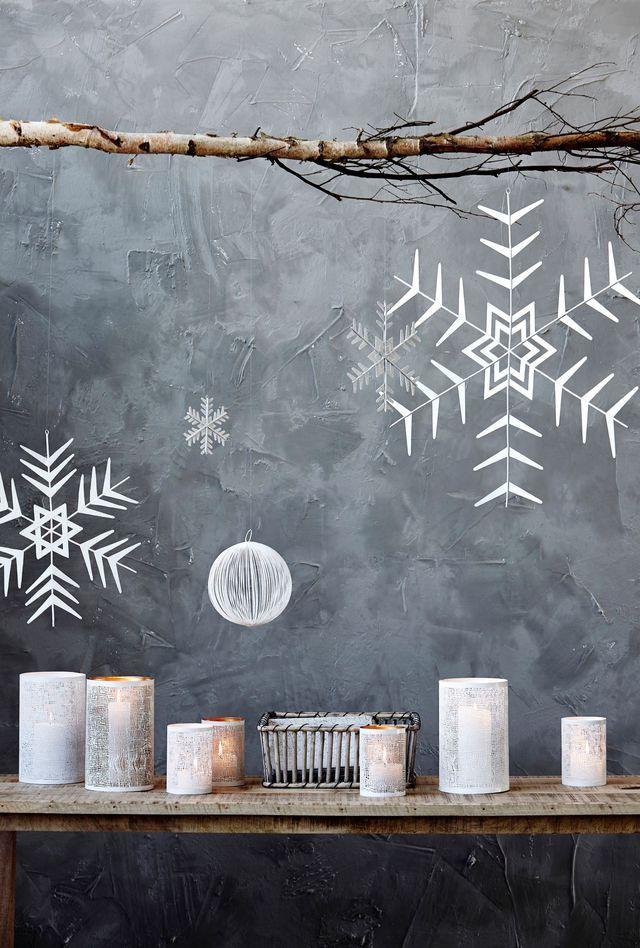 Des suspensions et photophores blancs pour un Noël sous la neige.