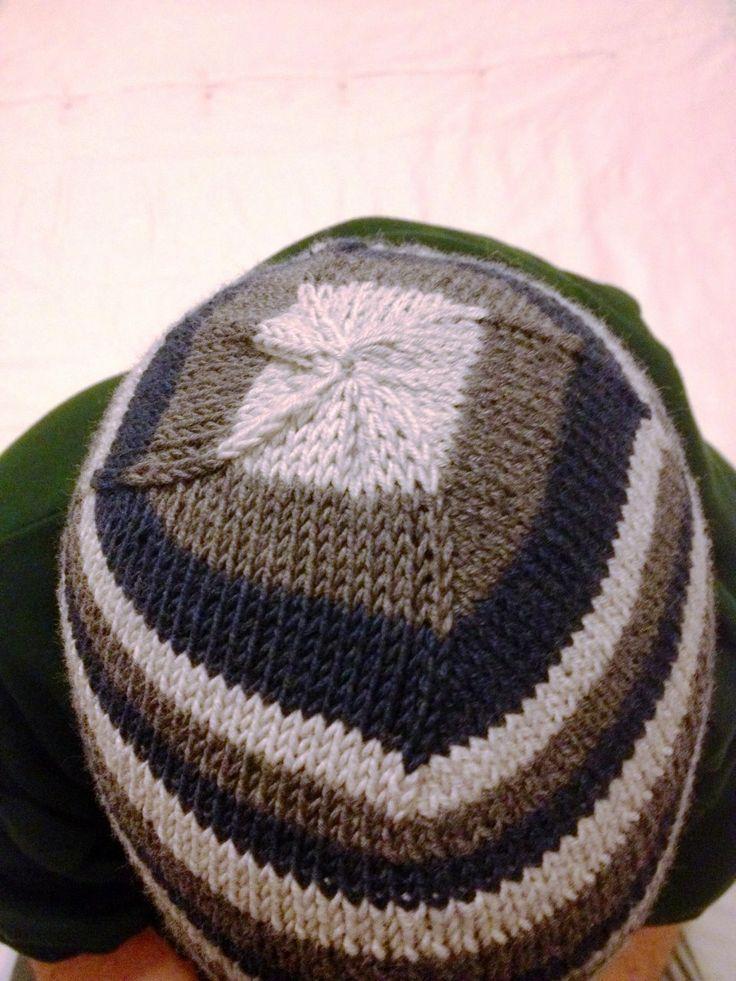 Cappello da uomo di tre colori lavorato con i ferri circolari e la tecnica continental