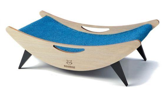 O arranhador horizontal Hamaca também funciona como uma cama para gatinhos. O produto é feito de MDF com 15 mm e revestido com melamina. O estofado de espuma coberto com tecido é fixado com velcro para facilitar a limpeza e a troca. À venda por R$ 315 (+ frete) na Ron Ron (www.ronron.com.br) | Preços pesquisados em junho e julho de 2015 e sujeitos a alterações: