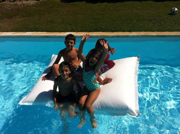 Float pleasantly on your swimming pool in one of these comfortable poufs. 100% Waterproof.