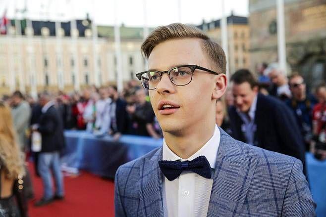 Viron hurmurilaulaja Jüri Pootsmann oli kuin kotonaan punaisella matolla.