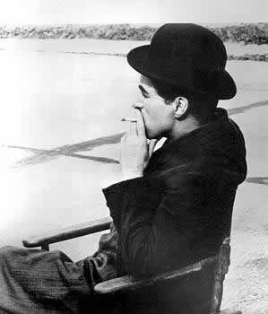 Amo essa foto do Charlie Chaplin. Muito estiloso.