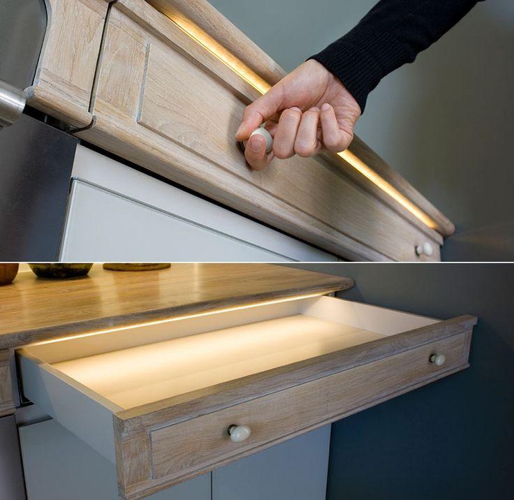 Светодиодная подсветка для кухонных шкафов: как выбрать, особенности монтажа и 65 универсальных идей http://happymodern.ru/podsvetka-dlya-kuhni-pod-shkafy-svetodiodnaya/ Ленты с минимальной силой света подходят для декорирования интерьера и для установки внутрь неглубоких ящиков и шкафов