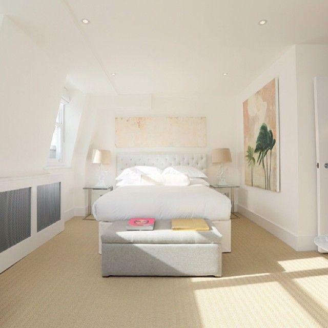 #интерьер #дизайн #светлый #современный #минимализм #белый #свет #спальня #декор #кровать #стиль #картина #банкетка #окно #kashtanovacom #interior #design #style #bedroom #bed #decor