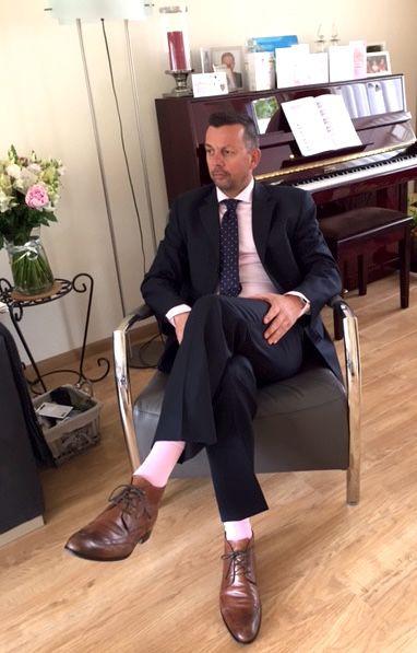A REAL GENTLEMAN! Super leuk, we hebben er weer een blije klant bij! De lichtroze Falke sokken maken zijn outfit helemaal af & matchen perfect bij zijn lichtroze overhemd en blauwe stropdas met lichtroze stipjes. Deze outfit heeft hij gedragen voor een bruiloft.