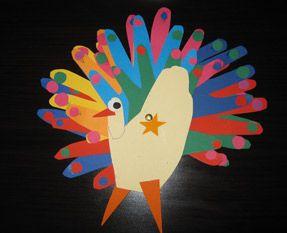 Cepaon qui paradea été réalisé avec les contours des mains de deux enfant de 3 et 5 ans. Un splendide plumage coloré que plus d'un oiseau ...