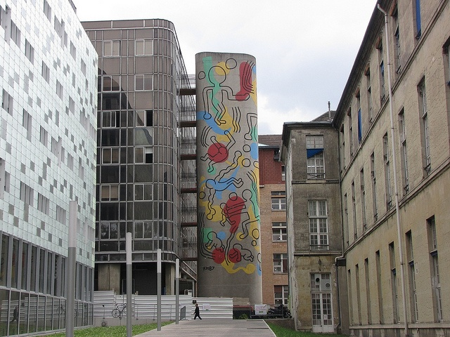 In 1987, Keith Haring realised an impressive wall fresco on the emergency staircase of the hospital Necker in Paris