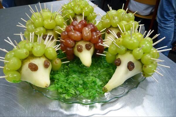 Gezond tractatie ideetje. Egelpeertjes, met druiven en rozijnenoogjes. Voor afwisseling kun je ook een (halve) appel gebruiken.
