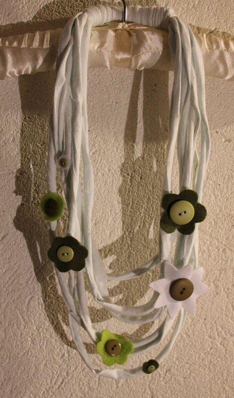 Necklace cotton and felt. Collana in cotone e fiori di feltro.