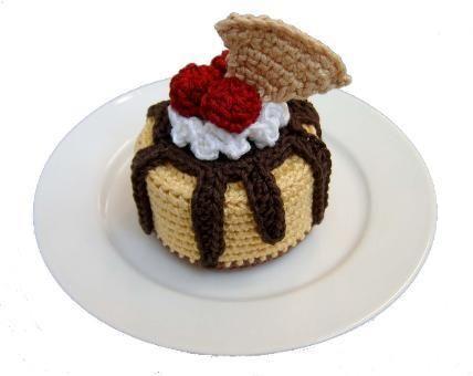 В этом посте представлен торт, связанный крючком, с подробным описанием и схемой.