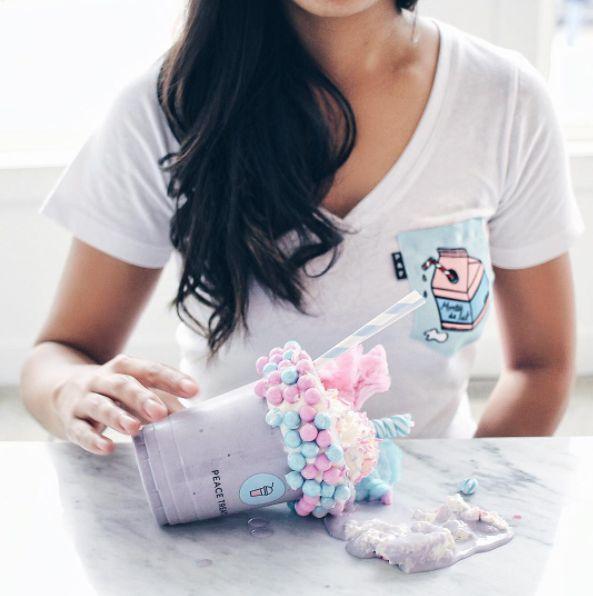 Women's clothing・Pocket tee・Milk・Pattern・Funny・Montreal ❖ Vêtements pour femmes・V-neck・Chandail à poche・Montée de lait・Motifs・Montréal