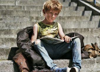 De kleine Nino krijgt het moeilijk nadat zijn moeder is overleden. Scène uit de film 'Het leven volgens Nino'.