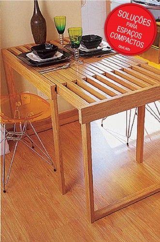 Essa é uma das ideias mais geniais que encontramos. Aqui, as peças da mesa são encaixáveis e transpassadas. Assim, uma mesa vira duas.