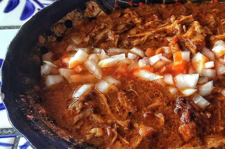 Aprende cómo hacer Tacos de canasta con la receta original. Con sencillos pasos aprenderás a preparar los tacos sudados al vapor con guisados caseros.
