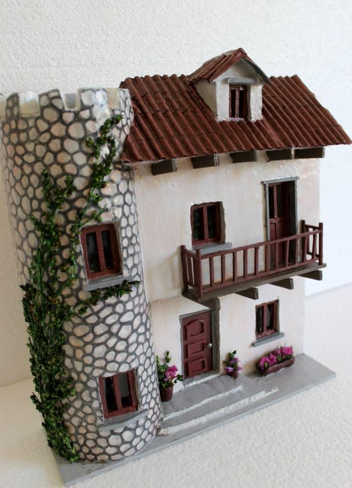 RETABLO Casa Castillo Casa de inspiración libre con torre, hermosa enredadera, balcón y flores. medidas: 28 cm de alto 26 cm de ancho 7 cm de profundidad autor: Lu Albornoz