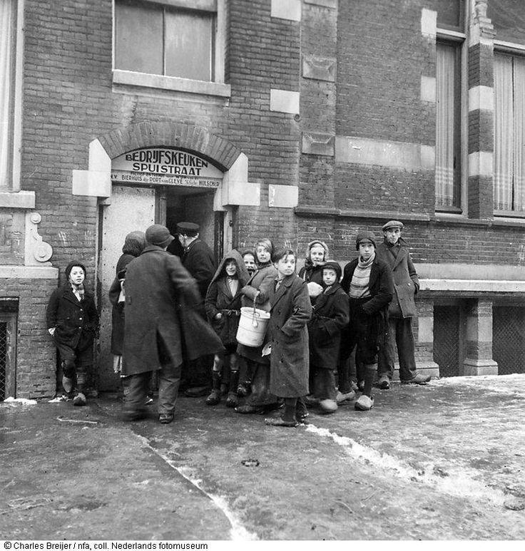 Wachtende mensen bij een gaarkeuken