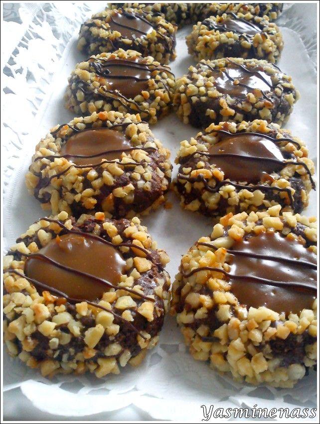 """Salam alyakoum/bonjour, Voilà ma première recette spéciale Aid el Kébir 2013, ce sont des biscuits très chocolatés au coeur gourmand de caramel et à la fine déco encore au chocolat. Une délicieuse recette partagée par notre chère amie Nedjma sur """"P'tits..."""