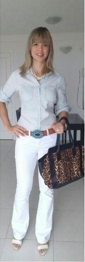 Look de trabalho - look de trabalho casual - camisa jeans - calça branca - animal print - colar de pérolas - camisa jeans e calça branca - calça branca  e animal print - jeans e animal print