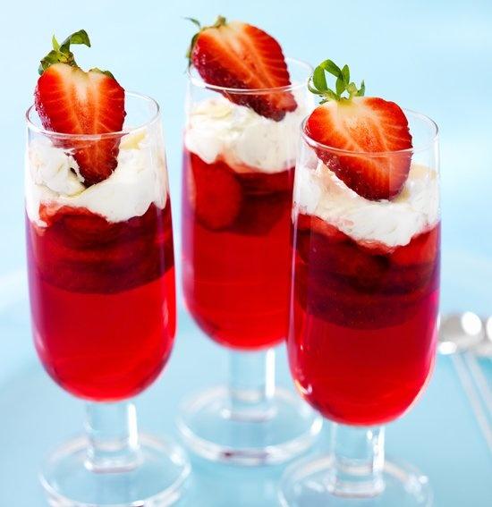 Een heerlijk fris en mooi #toetje: aardbeienjelly met verse #aardbeien en een lekkere toef amandelroom. Kijk voor het #recept op: http://www.oetker.nl/nl-nl/recept/r/aardbeienjelly-met-amandelroom.html