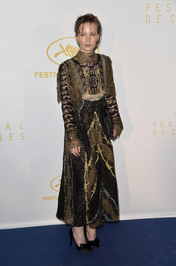 Gli abiti più brutti di Cannes 2015 | Abito maniche lunghe di pizzo nero e oro per Diane Rouxel | FOTO