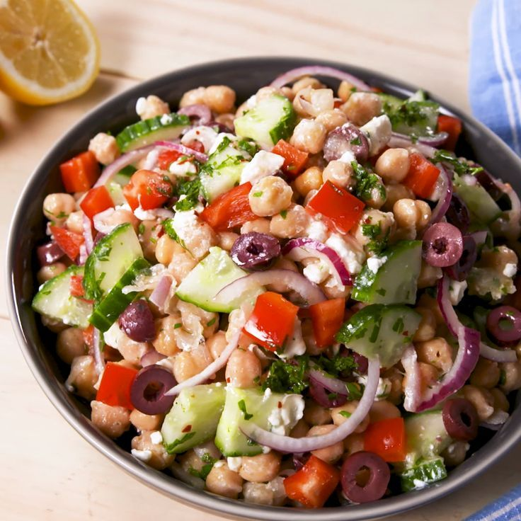 This Mediterranean Chickpea Salad will fill you up all day. #healthyrecipes #easyrecipes #chickpeasalad #mediterranean #delish