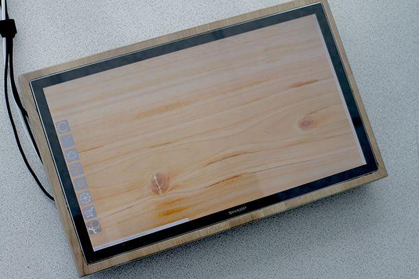 Snijplanken zijn er in alle soorten en maten. Chop-Syc is een stijlvolle snijplank met ingebouwde weegschaal en receptenboek. De stoere uitstraling van het glas wordt gecombineerd met een landelijke uitstraling door het houten omhulsel. Hij staat niet alleen mooi in de keuken, maar maakt het koken ook nog eens leuker en makkelijker!