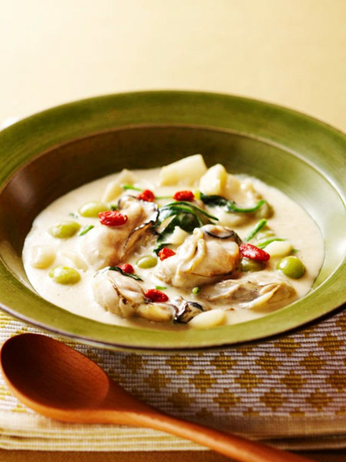 数十種類のビタミンを含むほかタウリンや亜鉛が豊富で、栄養価の高い牡蠣。薬膳的にも乾燥から細胞を守ったり、腎機能を高める効果がある。煮すぎると堅くなるので気をつけて。百合根もおなじく、うるおい食材。 『ELLE a table』はおしゃれで簡単なレシピが満載!