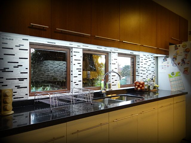 Cocina empotrada mueble enchapado tiradores met licos for Cocinas con mosaico