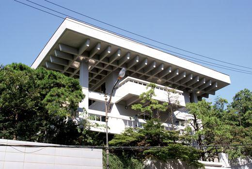 김중업은 세계적인 건축가 르 코르뷔지에(Le Corbusier)로부터 탁월한 재능을 인정받은 가장 한국적인 건축가다. 프랑스 대사관, 옛 한국미술관, 삼일빌딩, 올림픽 평화의 문