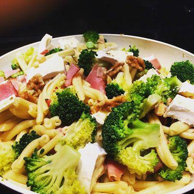 Makaron z brokułami, szynką, serem i orzechami