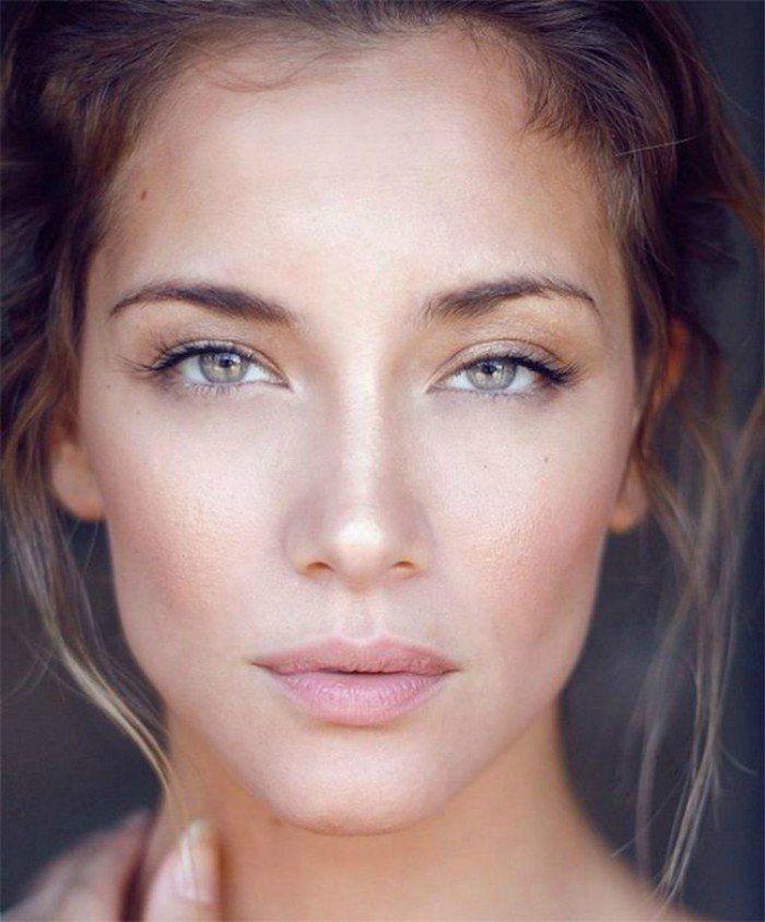mujer con maquillaje bronceado