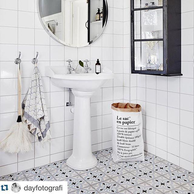 Tidlösa krokar i vackert badrum fotograferade av @dayfotografi för @vastanhem spana in vår serie Stockholm länk i profil...
