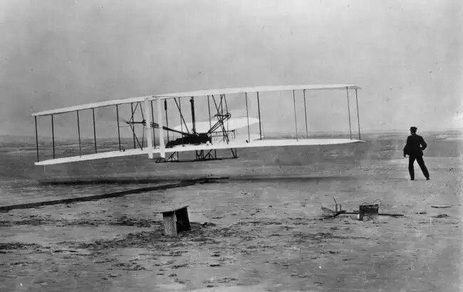 Братья Райт и первый полет первого в мире самолета, 1903 год.