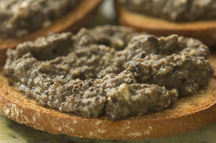 Tapenade. La tapenade es una pasta realizada a base de aceitunas, alcaparras, anchoas y aceite de oliva a la que se le pueden añadir o no más ingredientes.