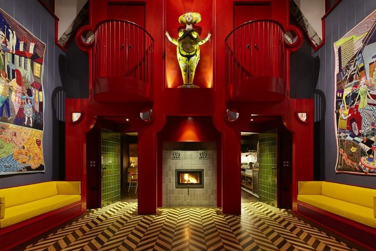 V domě jsou obří tapisérie a psychedelické podlahové vzory.