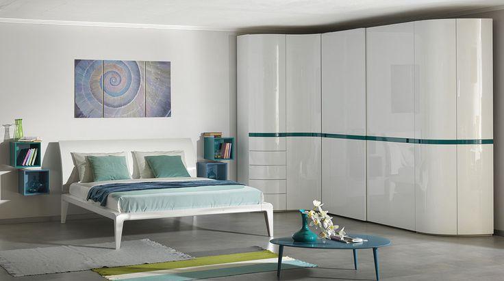 Белая спальня со шкафом, который совмещает распашные модули и модули шкафа-купе #астрон #мебель #astron #спальни #шкаф #шкаф-купе