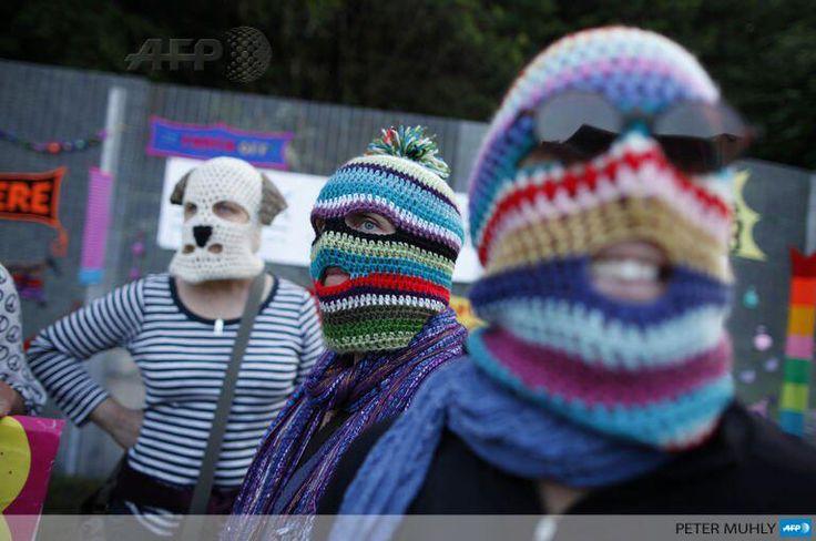 Διαδηλώνει φορώντας μάσκα - κουτάβι!