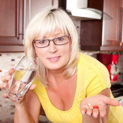 A reposição hormonal é aliada das mulheres no combate aos sintomas da menopausa, mas pode trazer alguns prejuízos à saúde. Tire suas dúvidas.