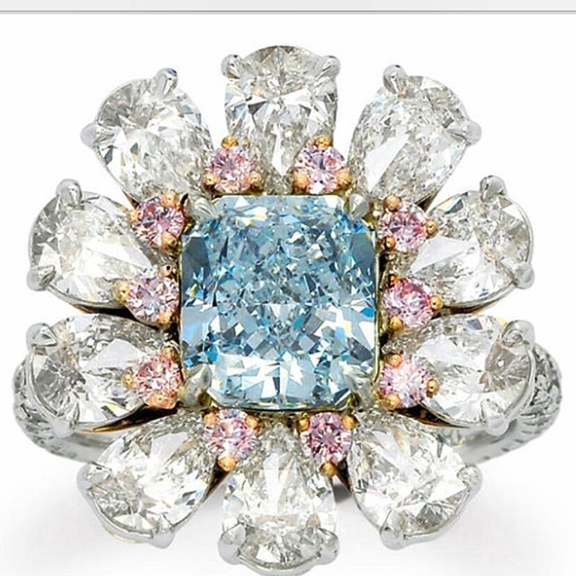 Diamond ring with Fancy light blue diamond of 2.30 carats, natural colour, SI1 clarity, surrounded by round Pink diamonds, to be auctioned at @dupuisauctions on November, 20. Estimated at $225,000 — 262,500 USD #dupuis #bluediamond #pinkdiamond