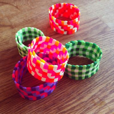 Perler beads bracelets. Iron them between paper then use clothespins to create a round shape. Larie! Blogt: Armbanden van strijkkralen