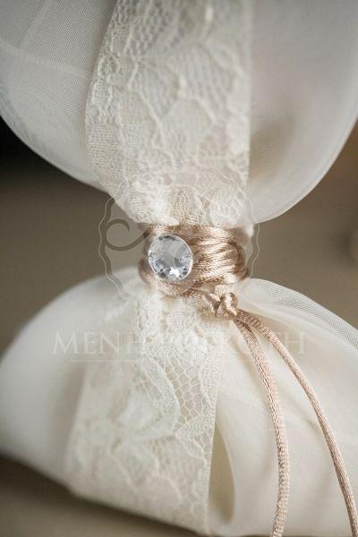 Μπομπονιέρα γάμου μαντήλι με δαντέλα και strass