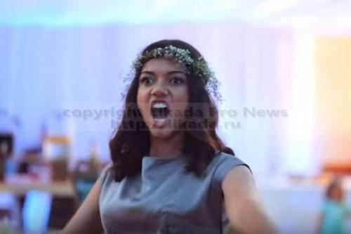 Традиционный танец народа маори хака, который с большим воодушевлением исполнили друзья жениха на мультикультурной свадьбе, до слез растрогал невесту. Видео с необычного бракосочетания стало интернет-хитом, распространившись в социа...  #мира, #интернет, #бракосочетания, #народа, #социальных, #сетях, #хака,