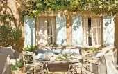 Этот милейший каменный домик недалеко от Барселоны надежно скрыт от посторонних глаз, ведь со всех сторон его окружает роскошная дикая природа. Ветви деревьев из внутреннего сада, кажется, уже забрались в дом и плотно здесь обосновались. И хозяева видимо совсем не против такого соседства с природой — во всех комнатах окна огромных размеров. Когда хочется полного …