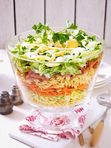 Schichtsalat mit Nudeln und Kasseler